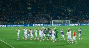 14139448-kharkov-ukraine--june-9-2012-denmark-national-football-team-thanks-fans-after-match-with-netherlands