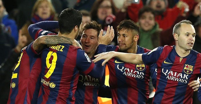 Barcelona's Lionel Messi (C) celebrates his goal against Villarreal with team mates Neymar (2nd R) and Andres Iniesta (R) during their Spanish first division soccer match at Nou Camp stadium in Barcelona February 1, 2015.   REUTERS/Gustau Nacarino (SPAIN - Tags: SPORT SOCCER)